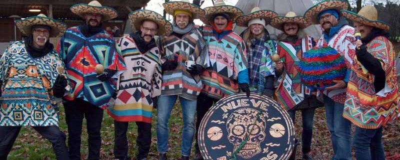 Die Amigos mit kreativen Outfit